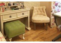 Интерьер спальни, кресло Барокко и пуф